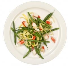 Ensalada judias, cangrego y pasta.Fondo blanco 2